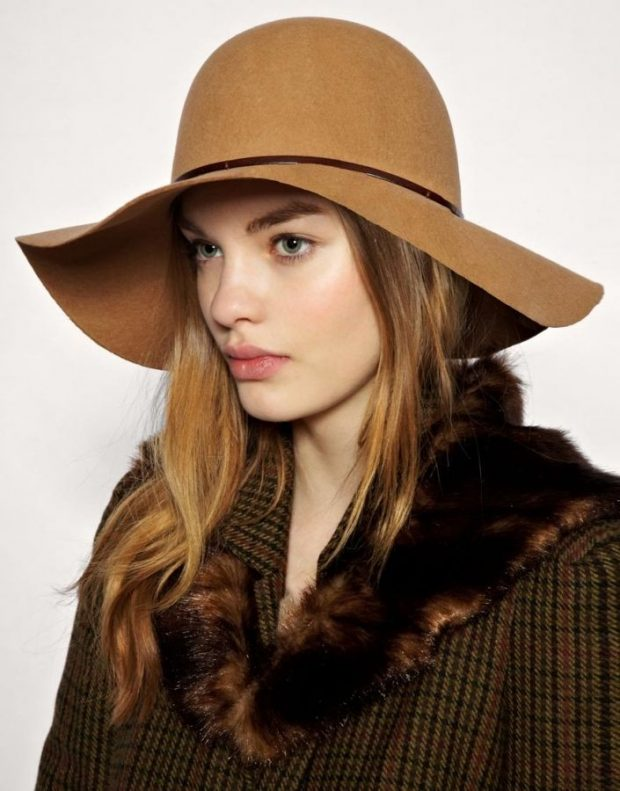 светло-коричневая широкополая шляпа
