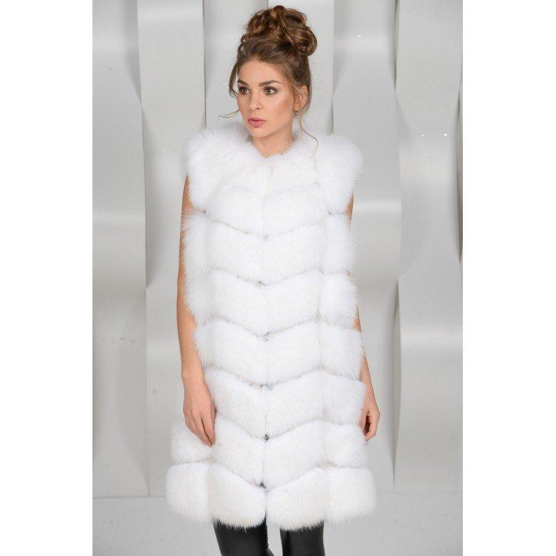 с чем носить белый объемный меховой жилет до колена