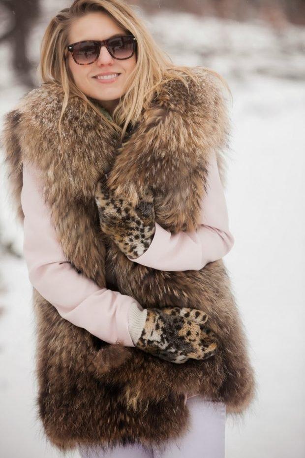 с чем носить коричневый объемный меховой жилет