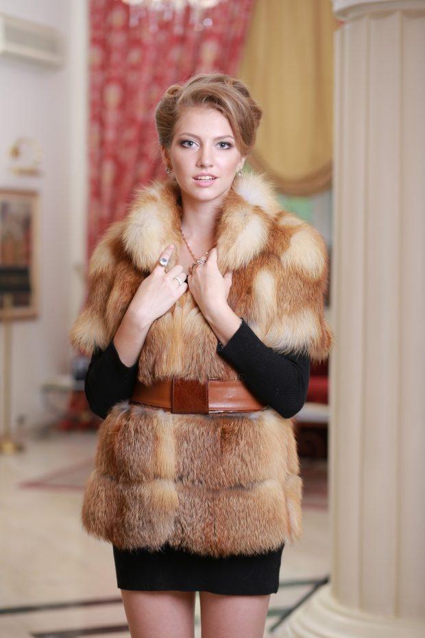 с чем носить жилет из меха лисы с поясом