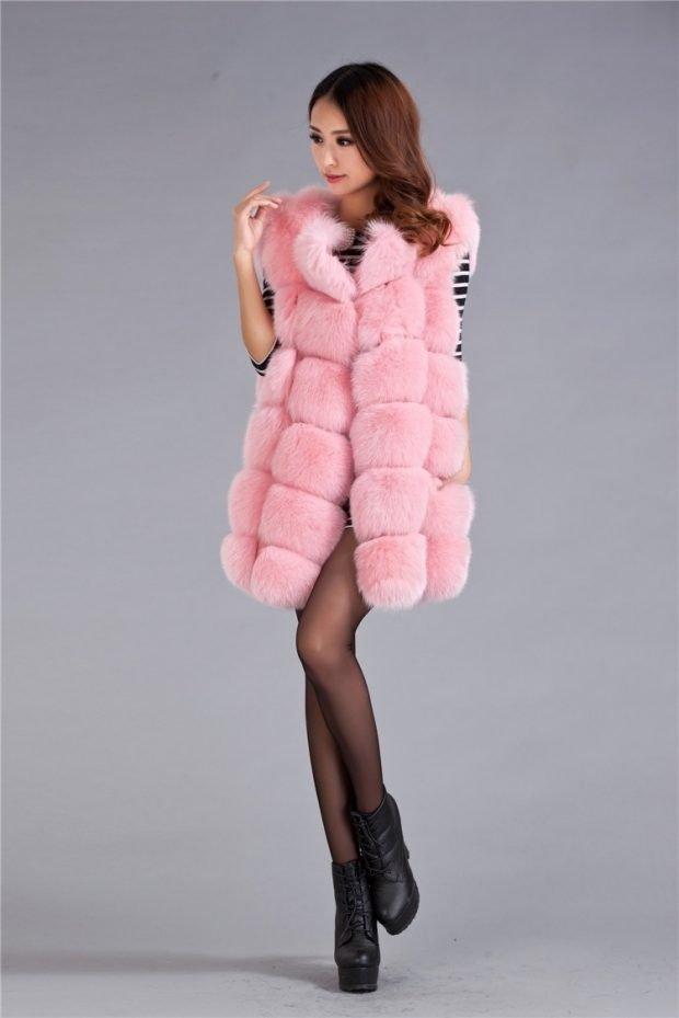 с чем носить розовый меховой жилет