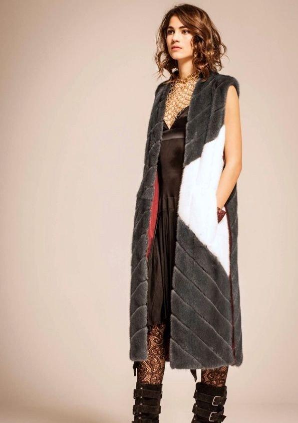 длинный меховой жилет с контрастной вставкой с чем носить
