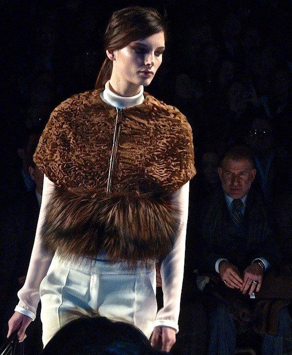 короткий коричневый меховой жилет с чем носить