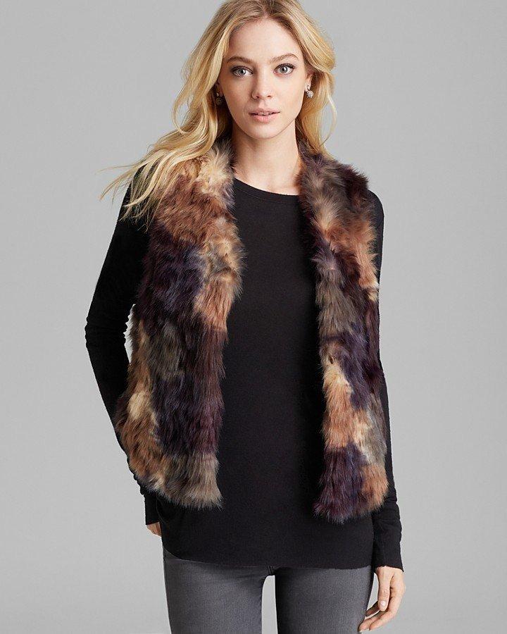 коричневый разноцветный меховой жилет с чем носить