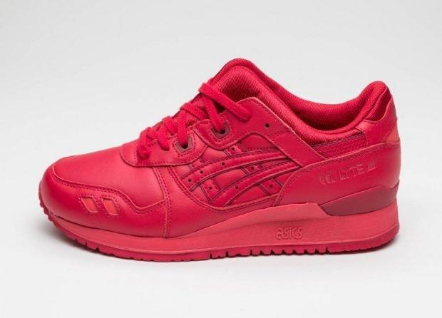 красные монохромные кроссовки