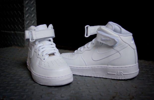 белые монохромные кроссовки
