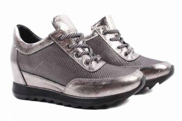 кроссовки цвета серебро