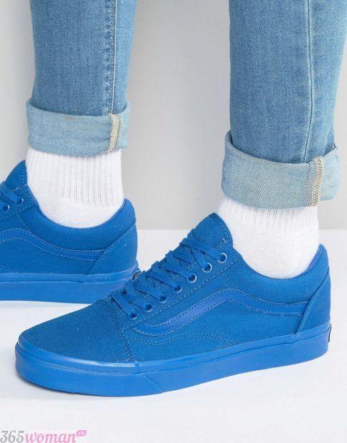 синие монохромные кроссовки