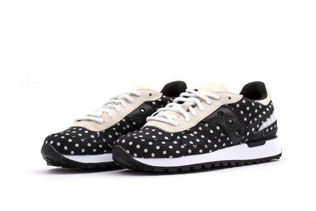 черно-белые кроссовки в горошек