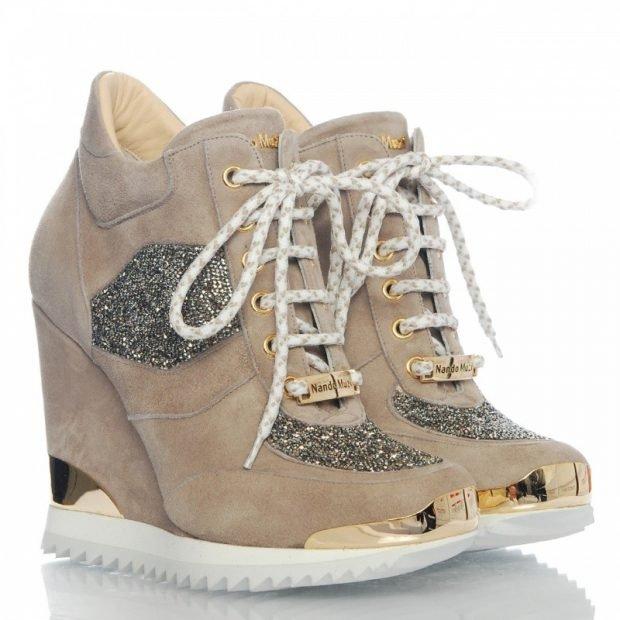 бежевые сникерсы на шнурках