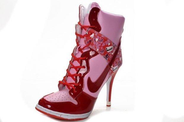 красные с розовым кроссовки на каблуке