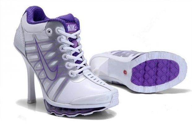 бело-фиолетовые кроссовки на каблуке