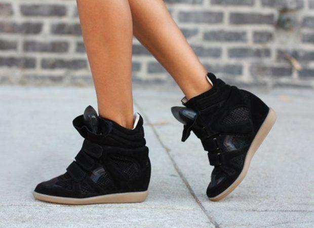 черные кроссовки на танкетке