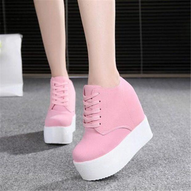 розовые кроссовки на танкетке