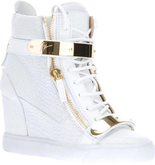 белые кроссовки на танкетке с золотыми вставками