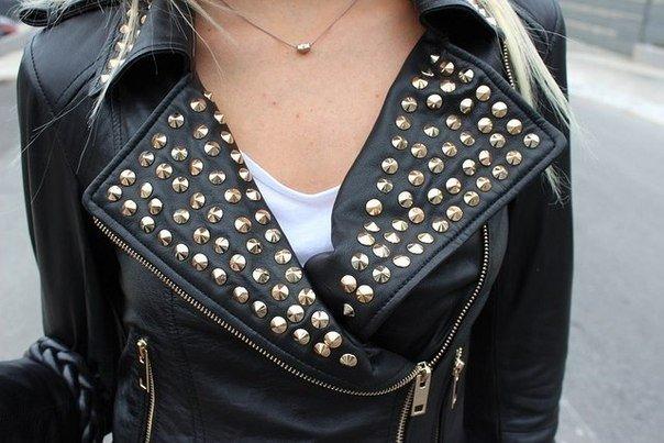 металлический декор на куртке косухе