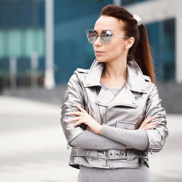 короткая серебристая куртка косуха