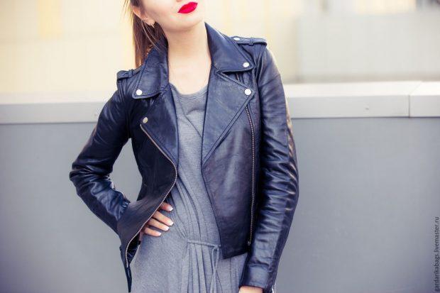 темно-синяя кожаная куртка косуха