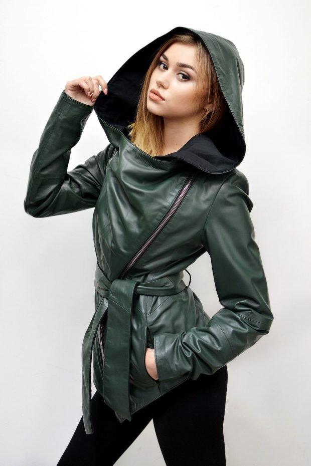 зеленая куртка косуха с капюшоном