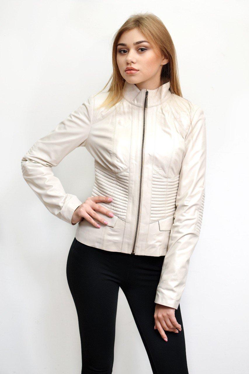 светлая куртка косуха