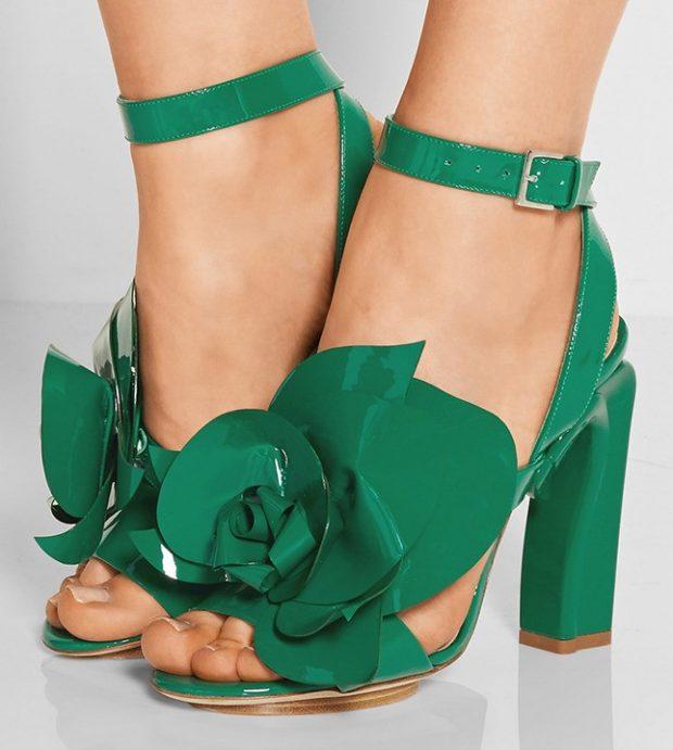 зеленые босоножки с цветком
