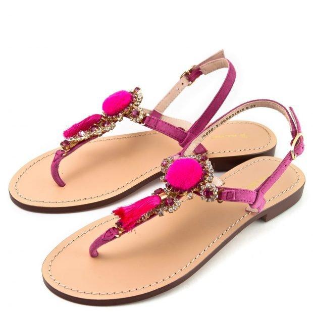женская летняя обувь 2019: розовые сандалии с декором
