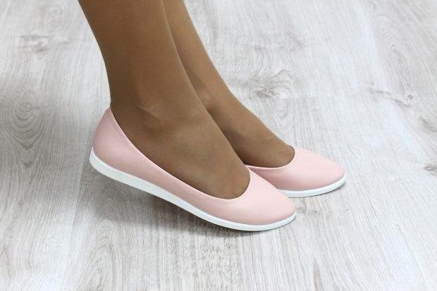 светло-розовые балетки с белой подошвой