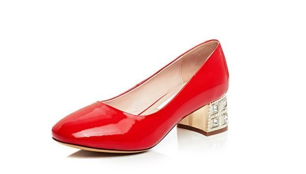 красные туфли на низком широком каблуке