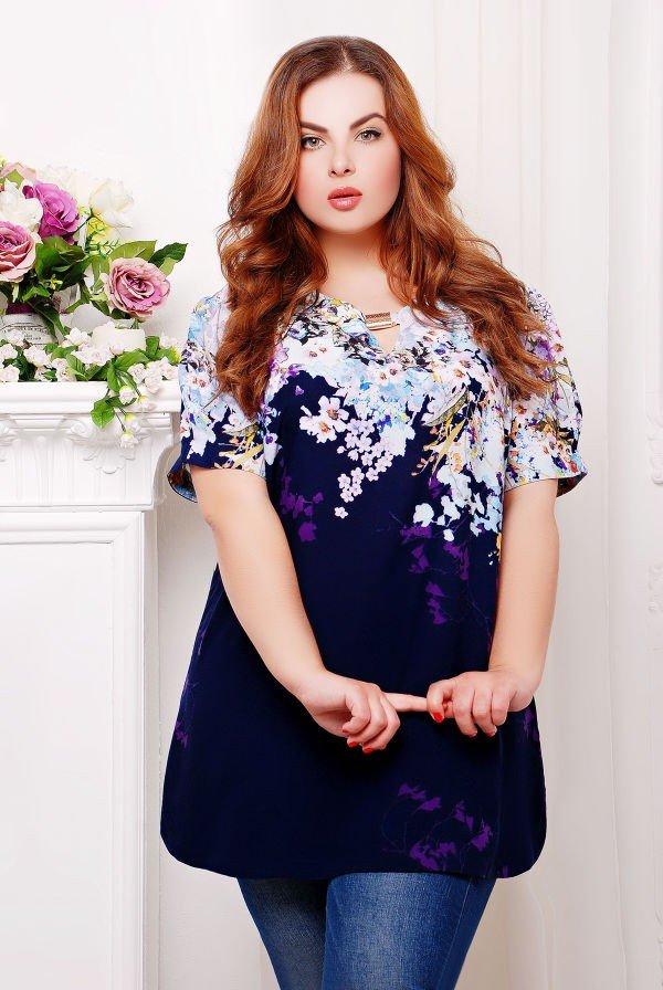 модная синяя туника для полных с цветочным принтом осень-зима 2019 2020