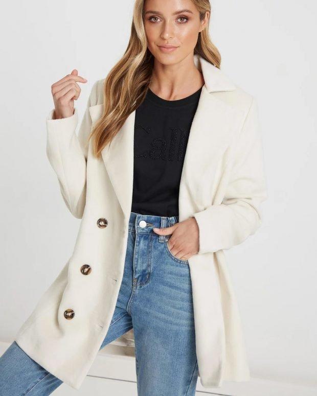 белое пальто на темных пуговицах