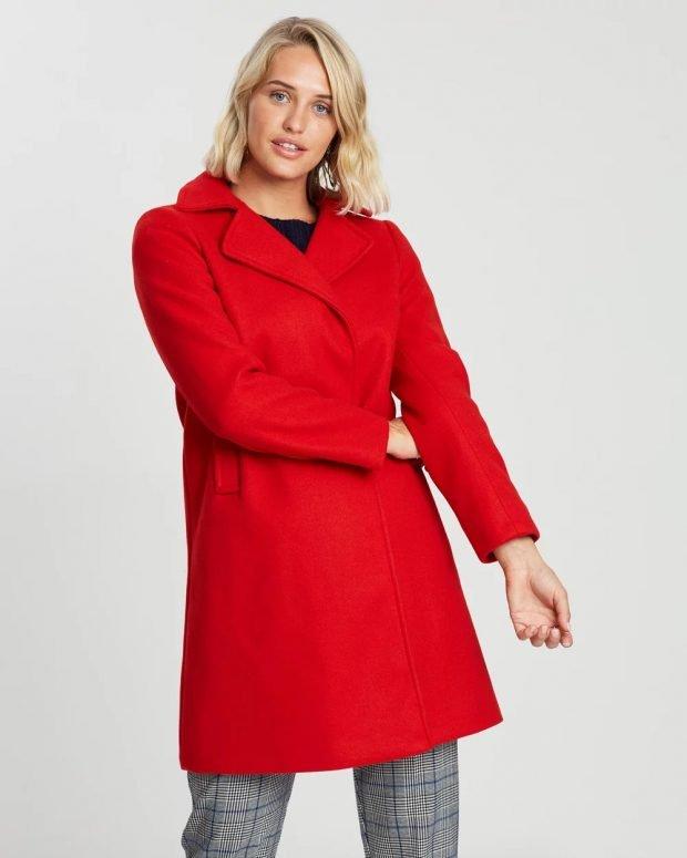 ярко-красное пальто