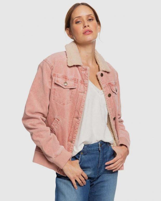 бледно-розовая джинсовая куртка