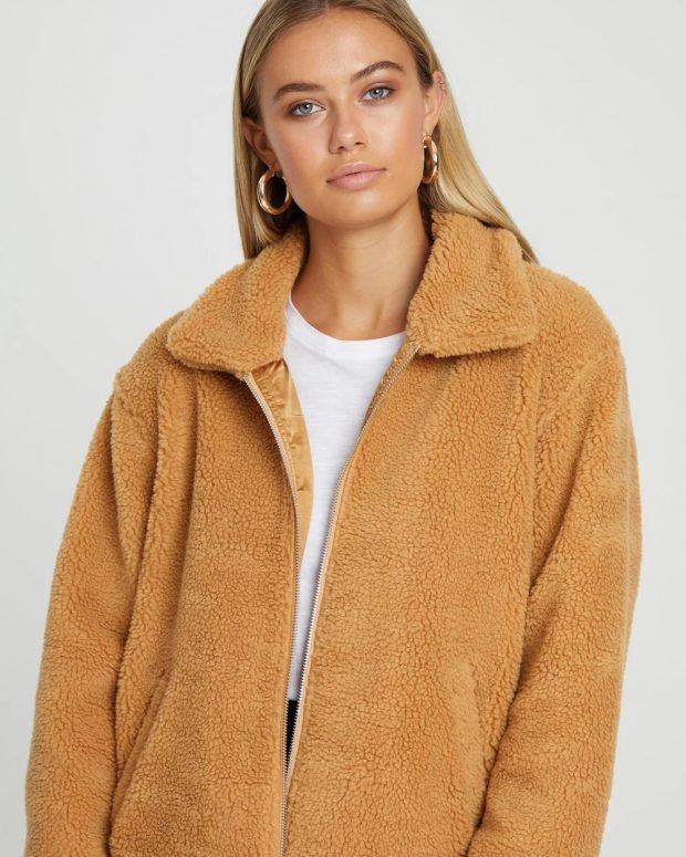 бежевая меховая куртка