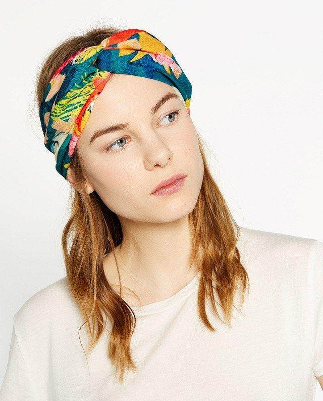 яркий цветной платок повязанный на голову