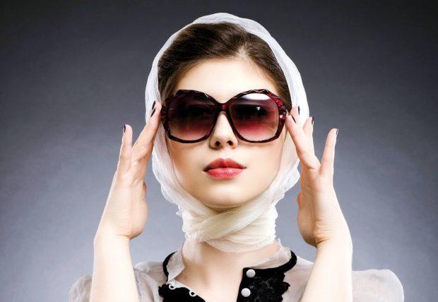 светлый платок и очки