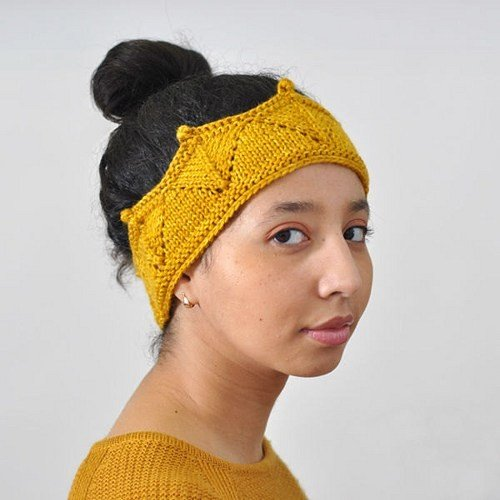 желтая вязаная повязка в форме короны