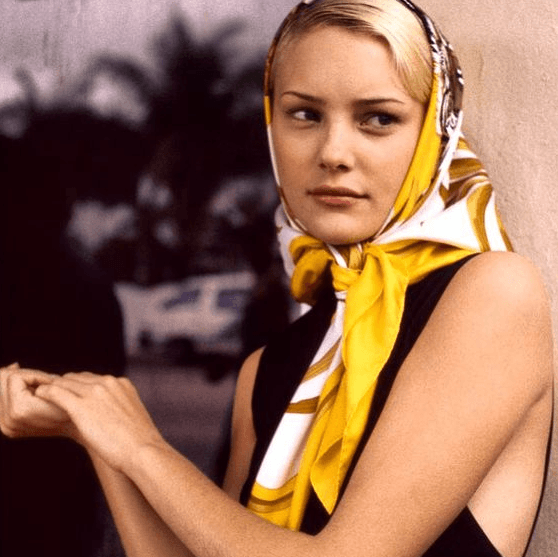 светлый платок с желтым цветом