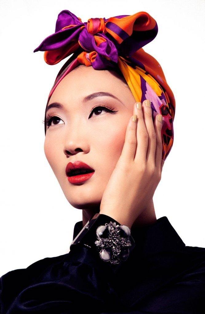 яркий цветной платок в форме повязки с бантом