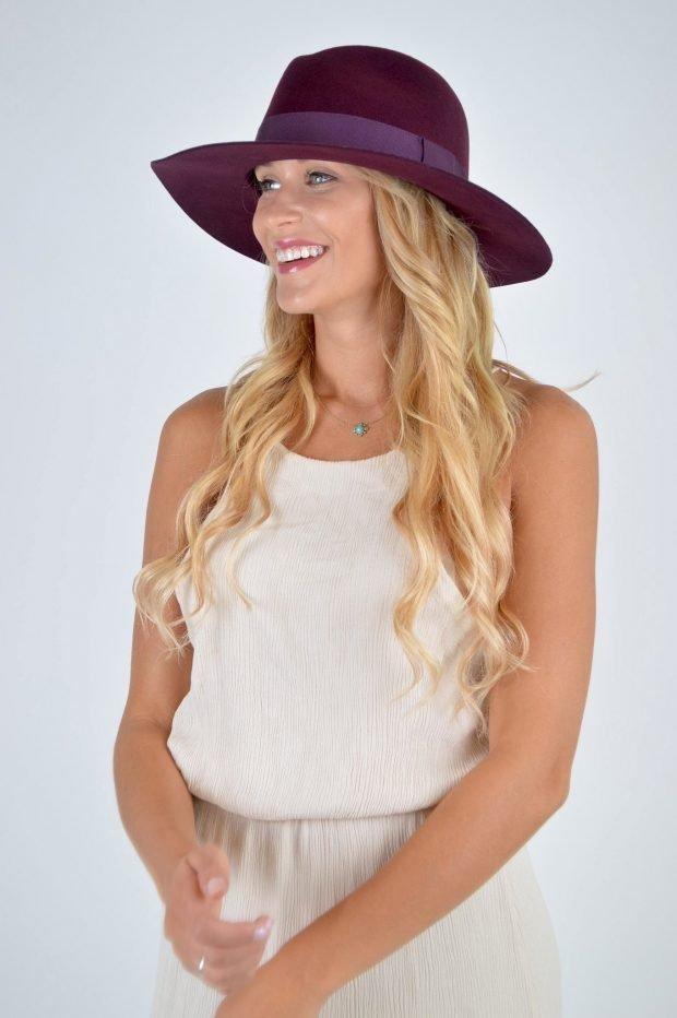 широкополая шляпа цвета бордо