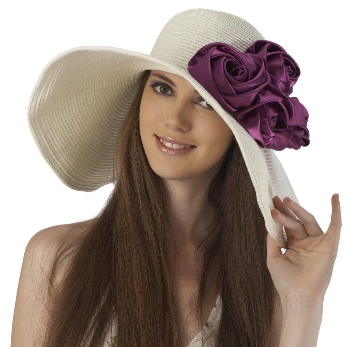 белая широкополая шляпа с цветами