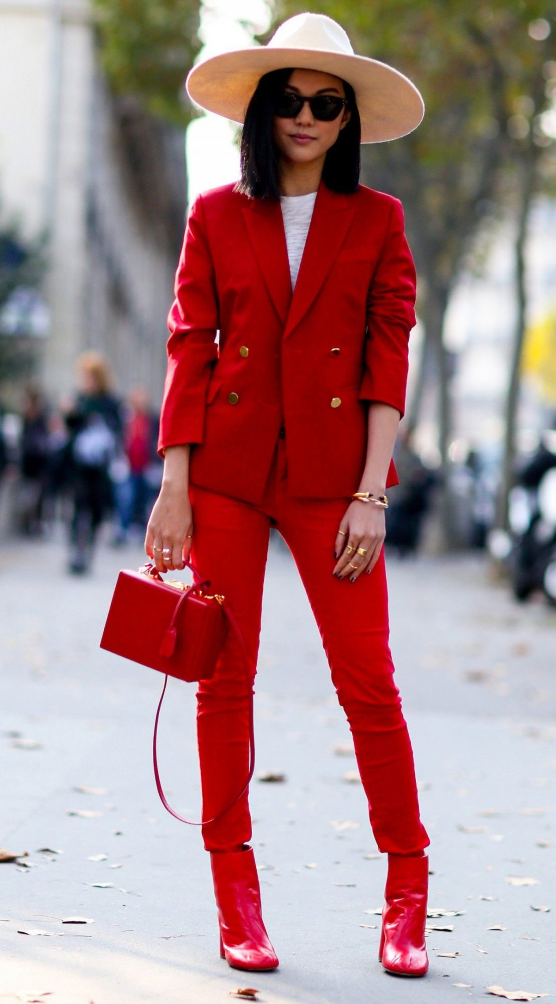 широкополая шляпа с красным костюмом