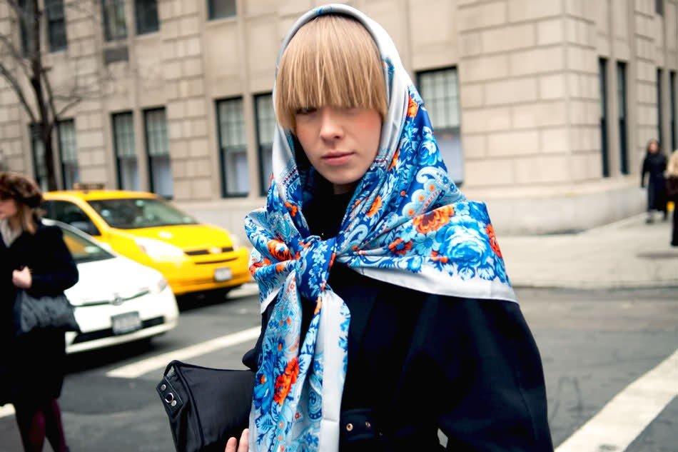 платок с голубым узором