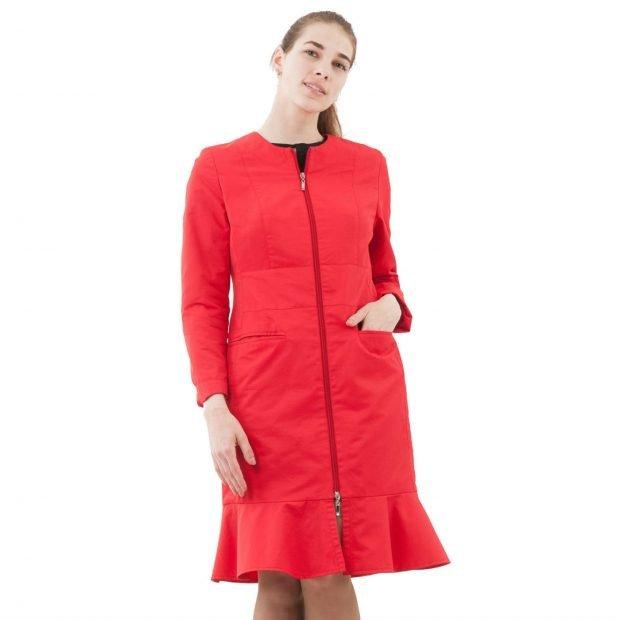 модные женские плащи весна лето 2021: красный с баской