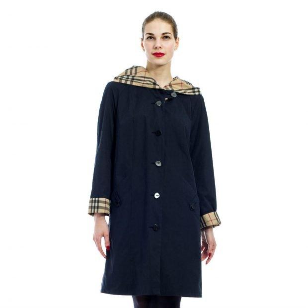 модные плащи 2021: темно-синий с цветными вставками