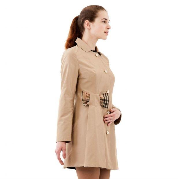 модные женские плащи весна лето 2021: бежевый короткий