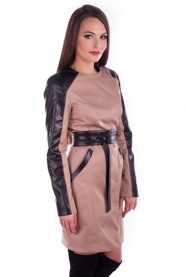 модные женские плащи 2020: бежевый с черными кожаными вставками