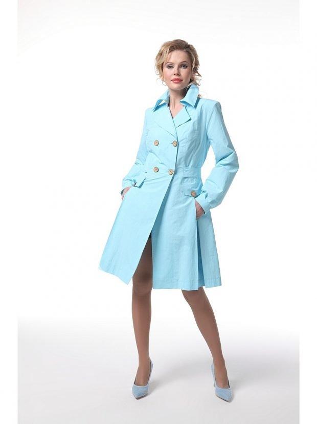 модные плащи весна лето 2021: голубой до колена