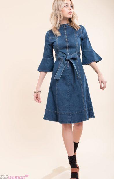 джинсовое платье с поясом и расклешенными рукавами