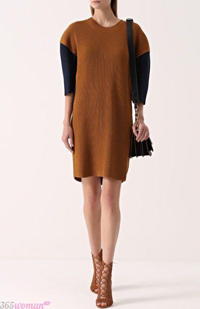 горчичное вязаное платье с черными рукавами