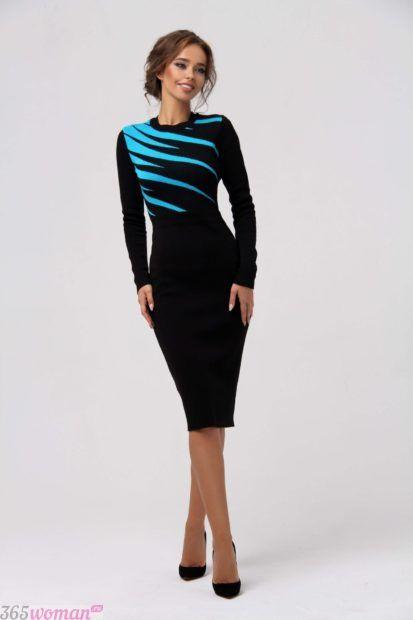 черное платье-футляр с бирюзовыми узорами